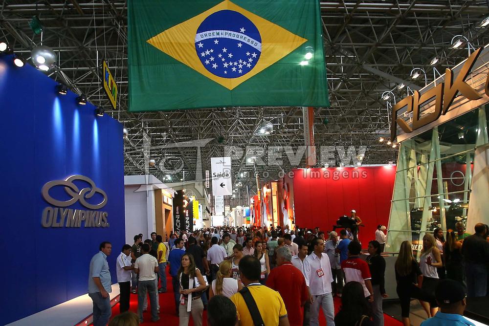Negócios na feira no segundo dia COUROMODA 2007 - 34ª Feira Internacional de Calçados, Artigos Esportivos e Artefatos de Couro que acontece de 15 a 18 de janeiro, no Parque Anhembi, São Paulo. FOTO: Jefferson Bernardes/Preview.com
