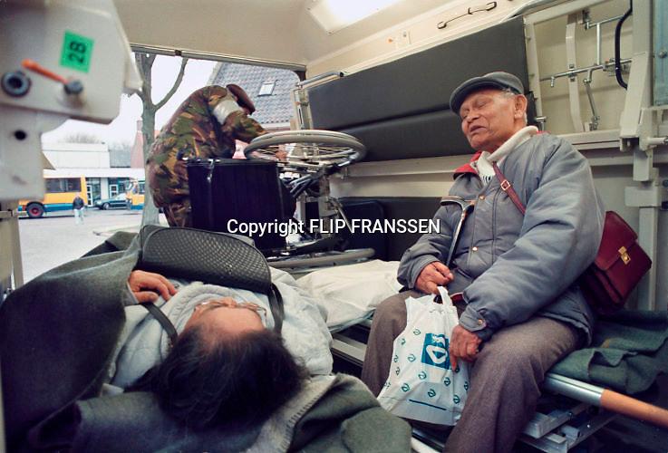 Nederland, Ochten, 01-02-1995Eind januari, begin februari 1995 steeg het water van de Rijn, Maas en Waal tot record hoogte van 16,64 m. bij Lobith. Een evacuatie van 250.000 mensen was noodzakelijk vanwege het gevaar voor dijkdoorbraak en overstroming. op verschillende zwakke punten werd geprobeerd de dijken te versterken met zandzakken. Hier wordt een ouder echtpaar in een ambulance van het leger geevacueerd.Late January, early February 1995 increased the water of the Rhine, Maas and Waal to a record high of 16.64 meters at Lobith. An evacuation of 250,000 people was needed because of flood risk. At several points people tried to reinforce the dikes with sandbags. Foto: Flip Franssen/Hollandse Hoogte