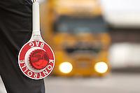03 JAN 2005, LUDWIGSFELDE/GERMANY:<br /> Beamter des Bundesamtes fuer Gueterverkehr mit Kelle, waehrend einer Mautkontrolle, Parkplatz Fresdorfer Heide<br /> IMAGE: 20050103-01-025<br /> KEYWORDS: Bundesamt für Güterverkehr, LKW Maut, Kontroleur<br /> BAG