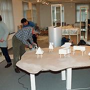 Opbouw tentoonstelling in het Huizer Museum door vrijwilligers