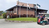 BELGIE - Clubhuis met buggy Golfbaan GC Durbuy - FOTO KOEN SUYK