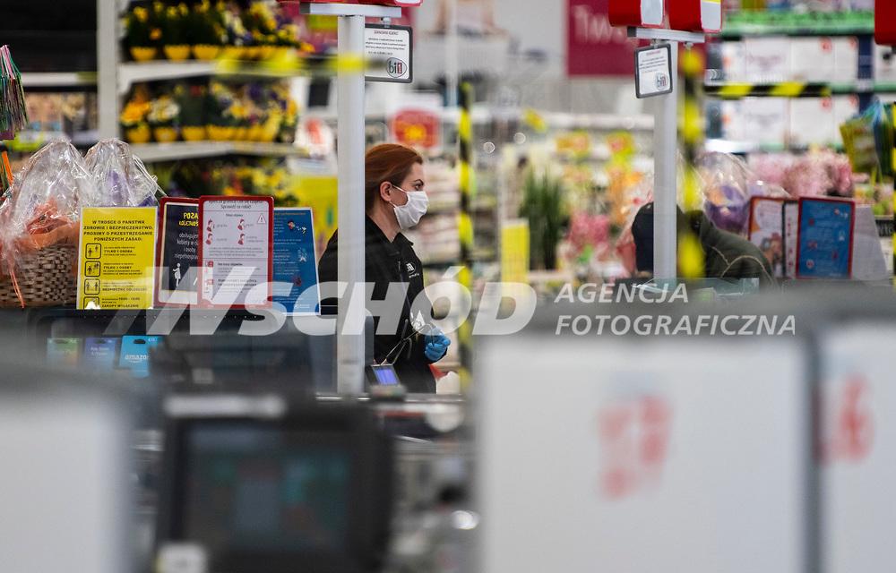 Bialystok, 05.04.2020. Wyludnione ulice Bialegostku podczas epidemii koronawirusa w kwietniowa niedziele handlowa N/z kobieta w maseczce ochronnej na zakupach w hipermarkecie fot Michal Kosc / AGENCJA WSCHOD