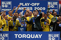 Fotball<br /> England<br /> Foto: Colorsport/Digitalsport<br /> NORWAY ONLY<br /> <br /> Torquay team celebrate winning the play off final<br /> Cambridge United vs Torquay United<br /> Blue Square Premier Play-Off Final at Wembley Stadium 17/05/2009
