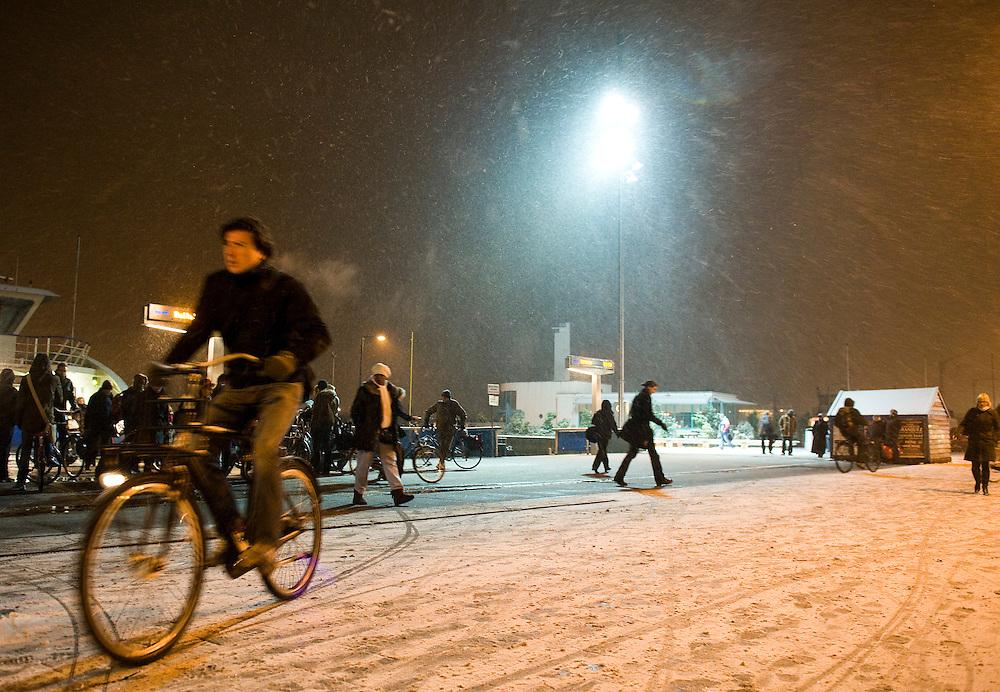 Nederland, Amsterdam, 29 nov 2010.Fietspad achter Centraal Station Amsterdam, bij de pont, in de avond met sneeuw..Foto (c)  Michiel Wijnbergh