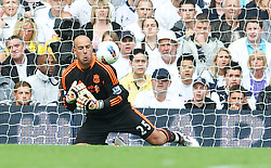 18.09.2011, White Hart Lane, London, ENG, PL, Tottenham Hotspur FC vs Liverpool FC, im Bild Liverpool's goalkeeper Jose Reina fumbles the ball to hand Tottenham Hotspur the third goal during the Premiership match at White Hart Lane. EXPA Pictures © 2011, PhotoCredit: EXPA/ Propaganda Photo/ David Rawcliff +++++ ATTENTION - OUT OF ENGLAND/GBR+++++