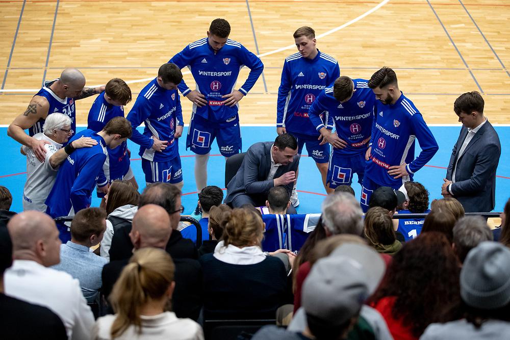 ÖSTERSUND 20211007<br /> Taktiksnack med Jämtlands coach Adnan Chuck under torsdagens match i basketligan mellan Jämtland Basket och Norrköping Dolphins.<br /> Foto: Per Danielsson / Projekt.P