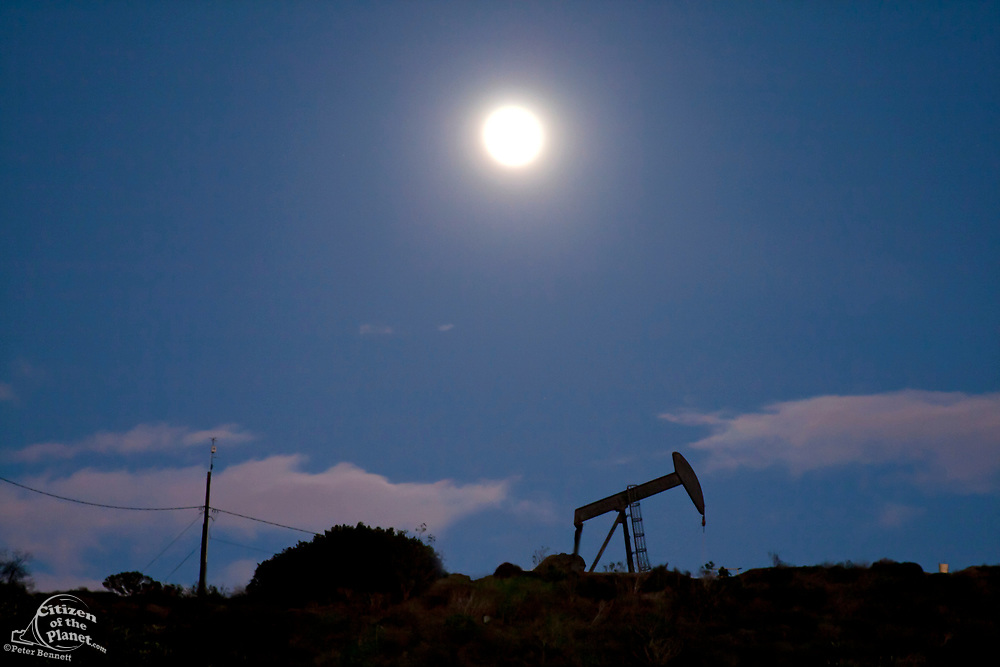 Oil derrick by moonlight. The 1200-acre Inglewood Oil Field located in the Baldwin Hills area is the largest urban oil field in the United States and is surrounded by over 300 homes in the communities of Culver City, Baldwin Hills, Inglewood and Los Angeles. Los Angeles County, California, USA