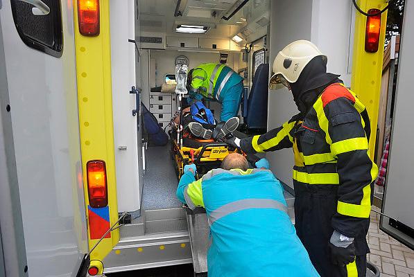 Nederland, Overasselt, 11-10-2009Ambulanceboeder duwt verkeersslachtoffer voor vervoer naar het ziekenhuis in de ambulance.Demonstratie tijdens open dag van de brandweer.Foto: Flip Franssen
