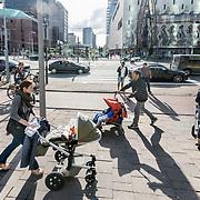 Foto: David Rozing Nederland Rotterdam  Drukte, veel mensen, ouders lopen met hun kroost in het centrum van Rotterdam. Winkelen shoppen. Foto: David Rozing