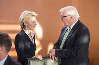 14 JAN 2014, BERLIN/GERMANY:<br /> Ursula von der Leyen (L), CDU, Bundesverteidigungsministerin, und Frank-Walter Steinmeier (R), SPD, Bundesaussenminister, im Gespraech, vor Beginn der Kabinettsitzung, Bundeskanzleramt<br /> IMAGE: 20150114-01-025<br /> KEYWORDS: Sitzung, Kabinett, Gespräch