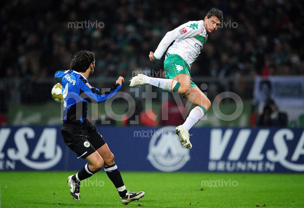 FUSSBALL   1. BUNDESLIGA   SAISON 2008/2009   17. SPIELTAG SV Werder Bremen - VfL Wolfsburg                         13.12.2008 Sebastian BOENISCH (re, Bremen) gegen Christian ZACCARDO (li, Wolfsburg)
