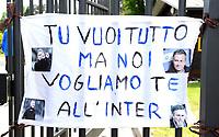 striscione di tifosi dell'inter fuori dal centro di allenamento dell'inter ad Appiano Gentile , lo striscione è in onore di Jose' Mourinho allenatore dell'inter. i tifosi gli chiedono di non lasciare la squadra.<br /> Appiano Gentile 18/5/2010 <br /> Foto Bibi Insidefoto