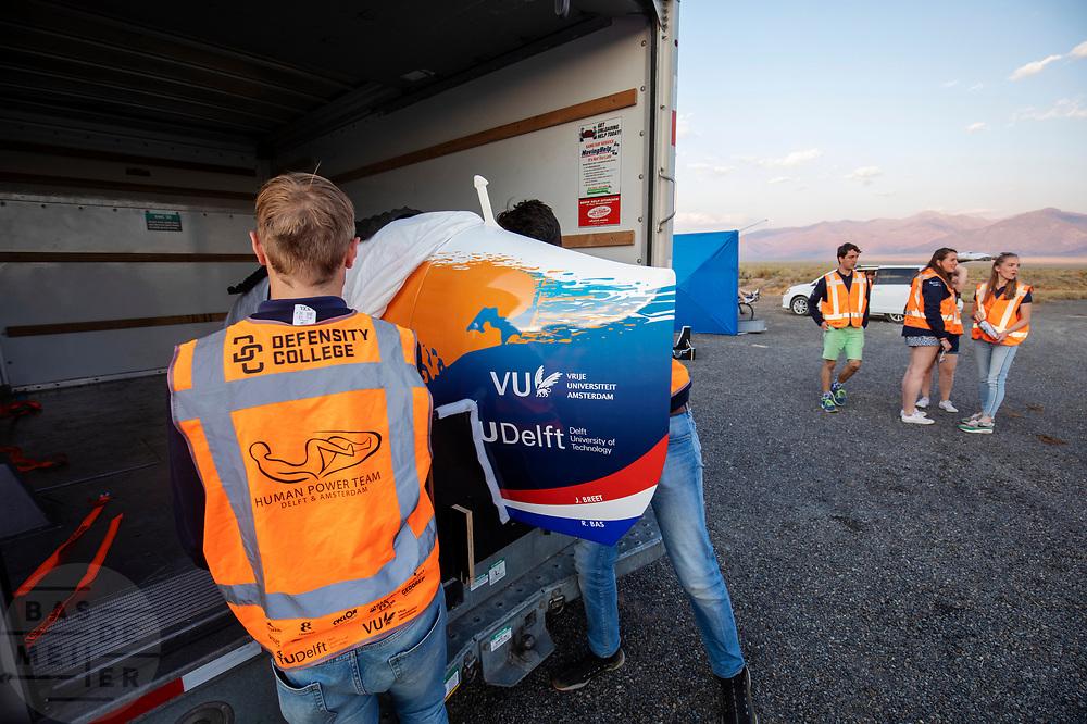 Het team maakt de fiets klaar voor de race. Op zondagavond vindt de eerste race plaats. Het Human Power Team Delft en Amsterdam, dat bestaat uit studenten van de TU Delft en de VU Amsterdam, is in Amerika om tijdens de World Human Powered Speed Challenge in Nevada een poging te doen het wereldrecord snelfietsen voor vrouwen te verbreken met de VeloX 9, een gestroomlijnde ligfiets. Het record is met 121,81 km/h sinds 2010 in handen van de Francaise Barbara Buatois. De Canadees Todd Reichert is de snelste man met 144,17 km/h sinds 2016.<br /> <br /> With the VeloX 9, a special recumbent bike, the Human Power Team Delft and Amsterdam, consisting of students of the TU Delft and the VU Amsterdam, wants to set a new woman's world record cycling in September at the World Human Powered Speed Challenge in Nevada. The current speed record is 121,81 km/h, set in 2010 by Barbara Buatois. The fastest man is Todd Reichert with 144,17 km/h.