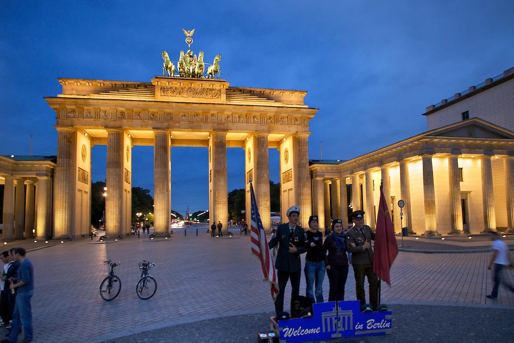 10/Septiembre/2009 Alemania. Berlín.Turistas junto a la Puerta de Brandenburgo..©JOAN COSTA....