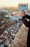 Nedeland, Wylre, november 1988  Reportage over de viereing van Allerzielen in dit Zuid Limburgse dorp waat kerk en brand bier brouwerij naast elkaar staan . De harmonie, fanfare, repeteert, en speelt tijdens de mis in de kerk. Bij veel mensen wordt vla, vlaai gegeten . Het koor zingt vanf het balkon en een trompetist speelt vanuit de kerktoren tijdens het zegenen van de graven door de pastoor .