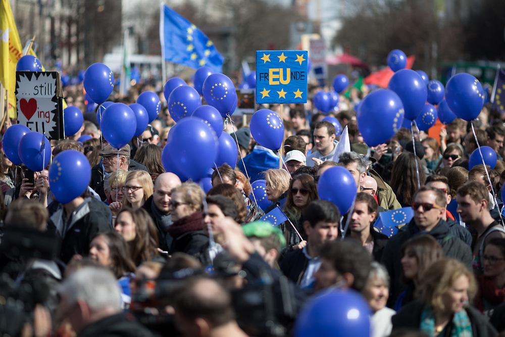 March for Europe Berlin: Mehrere tausend Pro-Europäer feiern am 60. Jahrestag der Römischen Verträge in Berlin, um ein Zeichen für Europa zu setzen. Die Demonstranten demonstrieren mit  EU-Fahnen für die europäische Idee und für ein vereintes, demokratisches Europa und gegen Nationalismus, rechte Bewegungen, Populismus und Abschottung in Europa. <br /> <br /> [© Christian Mang - Veroeffentlichung nur gg. Honorar (zzgl. MwSt.), Urhebervermerk und Beleg. Nur für redaktionelle Nutzung - Publication only with licence fee payment, copyright notice and voucher copy. For editorial use only - No model release. No property release. Kontakt: mail@christianmang.com.]