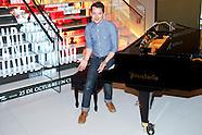 101513 elijah wood grand piano madrid photocall