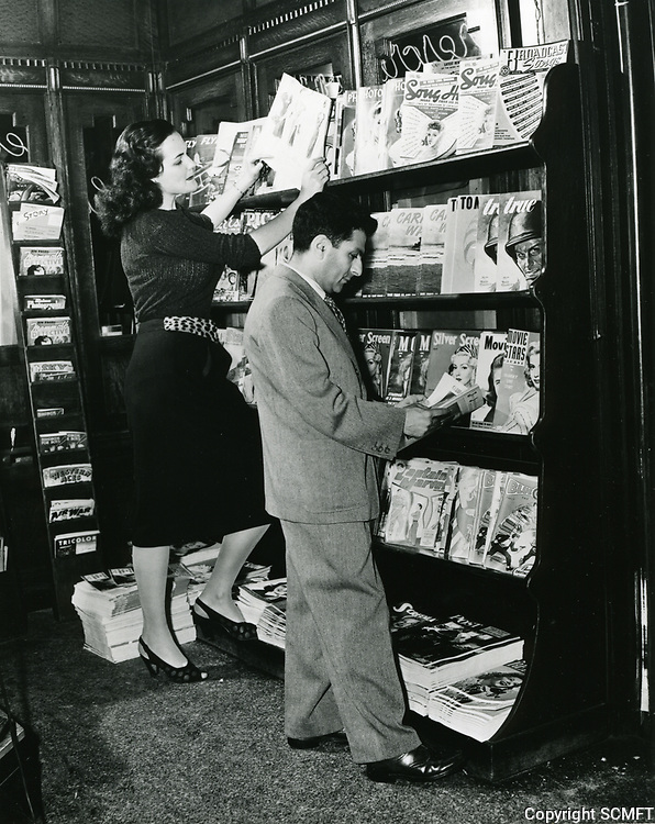 1945 Sidney Skolsky at the magazine stand at Schwab's Drugstore