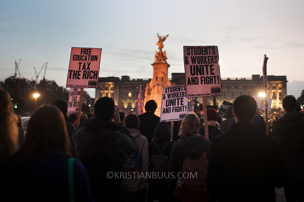 Protesting students march on Buckingham Palace as dusk sets. Thousands of students turned out to a march against fees and cuts in the education sector, calling for workers and students to unite against the Government's austerity policies.