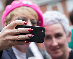 © Licensed to London News Pictures . 10/06/2016 . Manchester , UK . Comedian EDDIE IZZARD posing for selfies with activists in Hulme , Manchester , in support of the Remain campaign , ahead of the UK's EU Referendum . Photo credit : Joel Goodman/LNP