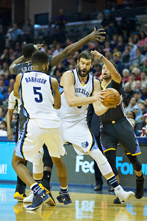 MEMPHIS, TN - DECEMBER 10:  Marc Gasol #33 of the Memphis Grizzlies tries to make a pass out of a double team during a game against the Golden State Warriors at the FedExForum on December 10, 2016 in Memphis, Tennessee.  The Grizzlies defeated the Warriors 110-89.  NOTE TO USER: User expressly acknowledges and agrees that, by downloading and or using this photograph, User is consenting to the terms and conditions of the Getty Images License Agreement.  (Photo by Wesley Hitt/Getty Images) *** Local Caption *** Marc Gasol