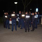 Schietpartij Brink Muiderberg, 3 gewonden, tussen skinheads en Marokkanen, politie met kogelvrije vesten<br /> overleg, vergadering,