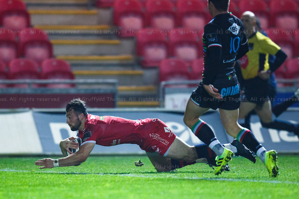 Llanelli, UK. 8 November, 2020.<br /> Scarlets right wing Ryan Conbeer scores a try during the Scarlets v Zebre PRO14 Rugby Match.<br /> Credit: Gruffydd Thomas/Alamy Live News