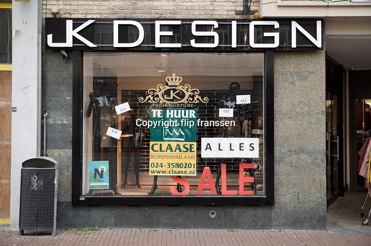 Nederland, Nijmegen, 3-11-2020 Winkelruimte te huur in een winkelstraat in de binnenstad van deze stad in Gelderland . Mede door de coronacrisis staan er veel winkels leeg en te huur.Hier zat JK Design, een kledingwinkel, modezaak . . Foto: ANP/ Hollandse Hoogte/ Flip Franssen