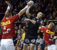 Håndball: 28.11.2001 Magdeburg, Deutschland,<br />1. Handball Bundesliga, SC Magdeburg - TuSEM Essen,<br />NENAD PERUNICIC (mitte/Magdeburg) setzt sichgegen die Essener MARK DRAGUNSKI (links) und JAN-THOMAS LAURITZEN durch. <br /><br />Foto: RONNY HARTMANN, Digitalsport