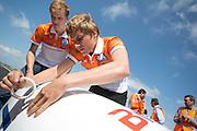De VeloX3 wordt dichtgetapet voor de rit over de snelweg. Het Human Power Team Delft en Amsterdam presenteert de nieuwe fiets, de VeloX3, in Friesland. Fietser Sebastiaan Bowier rijdt met de VeloX3 over de A31 tussen Franeker en Donrijp. Het team hoopte op een snelheid van boven de 80 km/h, maar door de harde zijwind komt Bowier niet verder dan 78,8 km/h. Met de speciale ligfiets wil het team dat bestaat uit studenten van de TU Delft en de VU Amsterdam het wereldrecord fietsen verbreken. Dat staat nu op 133 km/h.<br /> <br /> The VeloX3 is taped for the race on the highway. The Human Power Team Delft and Amsterdam presents their new record bike, the VeloX3, in Friesland. Cyclist Sebastiaan Bowier cycles with the VeloX3 on the A31 highway between Franeker and Donrijp. They hoped to get above the 80 km/h, but due to the severe side winds Bowier reaches 78,8 km/h maximum.  With the special recumbent bike the team, consisting of students of the TU Delft and the VU Amsterdam, wants to set a new world record cycling. The current speed record is 133 km/h.