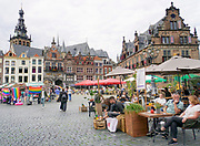 Nederland, Nijmegen, 6-9-2020 Terrassen en terrasjes mogen weer bezocht worden mits aan regels wordt voldaan om het besmettingsrisico voor corona te beperken. De Grote Markt in de historische binnenstad .Foto: ANP/ Hollandse Hoogte/ Flip Franssen