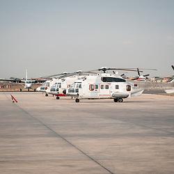 Três helocópteros na placa do Aeroporto Nacional 4 de Fevereiro em Luanda, capital da República de Angola