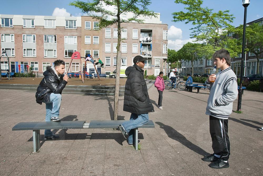 Nederland Rotterdam 18-05-2009 20090518 Foto: David Rozing .                                                                                    .Achterstandswijk Bloemhof, groepje jongeren  op pleintje  straatbeeld, stadbeeld. Voor de volledigheid: VRIENDELIJKE JONGEREN. Youth on playground court .Foto: David Rozing