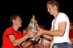 02-06-2003 NED: Huldiging bekerwinnaar FC Utrecht, Utrecht<br /> De spelers en de technische staf kregen een rondrit door de stad in een open Engelse dubbeldekker. Om 20.30 uur keert de stoet terug in Galgenwaard en zal in het stadion de officiële huldiging plaatsvinden / Patrick Zwaanswijk