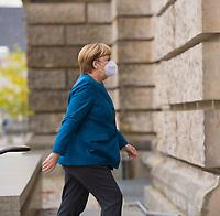 DEU, Deutschland, Germany, Berlin, 28.10.2020: Bundeskanzlerin Dr. Angela Merkel (CDU) auf dem Weg zur Trauerfeier für den verstorbenen Bundestagsvizepräsidenten Thomas Oppermann im Deutschen Bundestag. Thomas Oppermann (SPD) ist am 25.10.2020 überraschend gestorben.