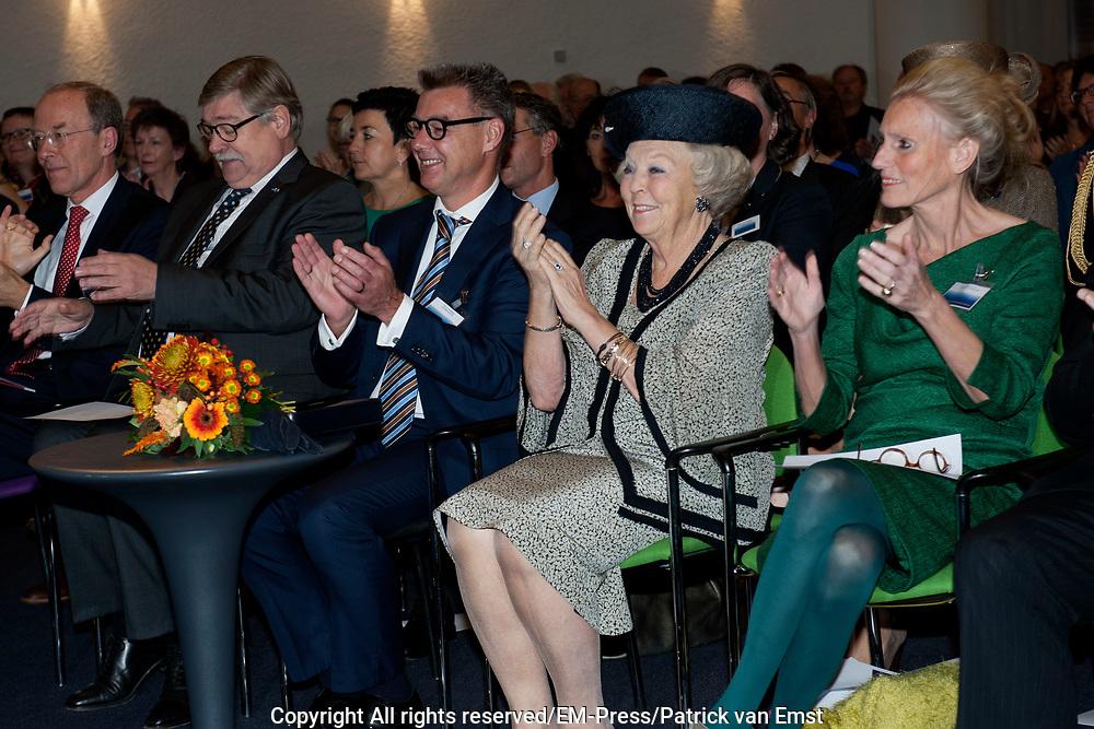 Prinses Beatrix bij viering 200 jaar Commissie van Toezicht op gevangeniswezen in Vergadercentrum Regardz Eenhoorn Amersfoort.<br /> <br /> Princess Beatrix at celebration 200 years Supervisory Committee on Prisons in Conference center Regardz Unicorn Amersfoort.<br /> <br /> Op de foto / On the photo: <br /> <br />  Princes beatrix  met rechts Christine Linzel, voorzitter klankbordgroep Cvi' s