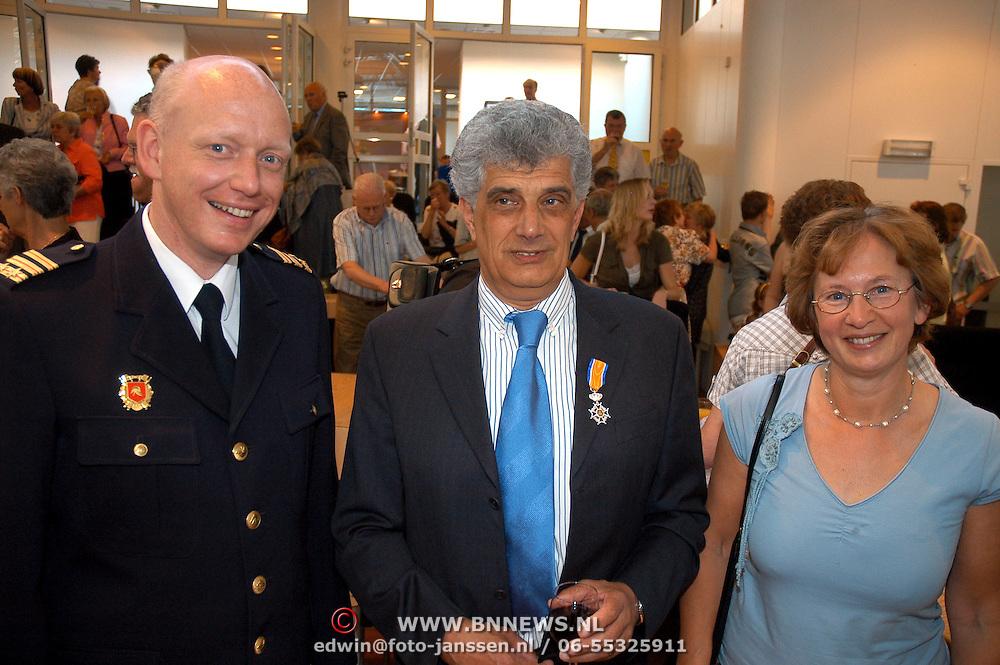 NLD/Huizen/20070427 - Lintjesregen 2007 gemeente Huizen, commandant brandweer Huizen in gesprek met hoofdbrandwacht Henk Zwart en partner