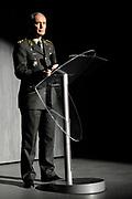 Prins Willem-Alexander woont de musical Soldaat van Oranje bij over de Nederlandse verzetsstrijder Erik Hazelhoff Roelfzema samen met militairen die gewond zijn geraakt tijdens hun inzet.<br /> <br /> Op de foto:  De Commandant der Strijdkrachten, generaal Tom Middendorp