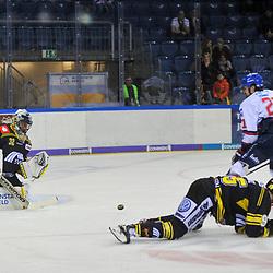 Mannheims Nicolas Kraemmer / Krämmer (Nr.21) gegen Krefelds Garrett Noonan (Nr.77) und Krefelds Mike Schmitz (Nr.95) vor dem Tor von Krefelds Dimitri Paetzold (Nr.32) im Spiel in der DEL, Krefeld Pinguine (schwarz) – Adler Mannheim (weiss).<br /> <br /> Foto © PIX-Sportfotos.de *** Foto ist honorarpflichtig! *** Auf Anfrage in hoeherer Qualitaet/Aufloesung. Belegexemplar erbeten. Veroeffentlichung ausschliesslich fuer journalistisch-publizistische Zwecke. For editorial use only.