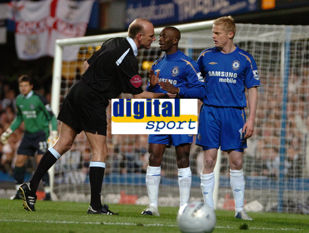 Photo: Ed Godden.<br /> Chelsea v Newcastle United. The FA Cup. 22/03/2006.<br /> Claude Makalele and Damien Duff (Chelsea) refuse to move back for Referee Steve Bennett.