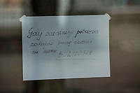 Bielsk Podlaski, woj. podlaskie, 08.04.2020. W liczacym 55 tys mieszkancow powiecie bielskim odnotowano 1/3 ( na dzien 8.04.2020 42 przypadki ) wszystkich zachorowan na koronawirusa w woj. podlaskim. Ulice miasta sa wyludnione, a ci ktorzy musza wyjsc w wiekszosci chodza w maseczkach ochronnych N/z wywieszka na sklepie fot Michal Kosc / AGENCJA WSCHOD
