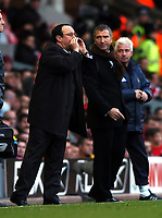 Fotball<br /> Premier League 2004/05<br /> Liverpool v Newcastle<br /> 18. desember 2004<br /> Foto: Digitalsport<br /> NORWAY ONLY<br /> Rafael Benitez Manager gives his orders as Graeme Souness Manager Newcastle United looks on
