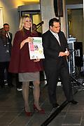 """Prinses Máxima opent Week van het geld<br /> <br /> Hare Koninklijke Hoogheid Prinses Máxima der Nederlanden geeft in aanwezigheid van circa 200 kinderen het startsein voor de 'Week van het geld' op het Frederiksplein te Amsterdam. Tijdens de Week van het geld staat omgaan met geld centraal. Het programma is voor kinderen van 4 tot 12 jaar.<br /> <br /> Her Royal Highness Princess Máxima of the Netherlands will in the presence of approximately 200 children launch the """"Week of money"""" on the Frederiksplein in Amsterdam. During the week of the money is money management the center. The program is for children from 4 to 12 years.<br />  Op de foto / On the photo: Prinses Máxima en minister van Financiën Jan Kees de Jager / Princess Máxima and Minister of Finance  Jan Kees de Jager"""