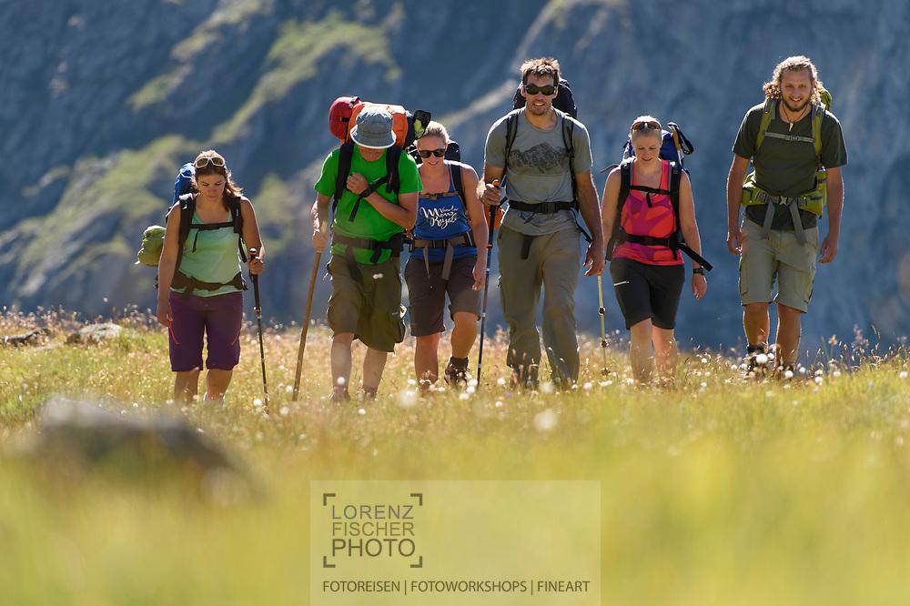 Wandern mit Biwaktraining durch einen Bergführer im Val Bercla nahe von Bivio an einem schönen Wochenende im August, Surses, Graubünden, Schweiz<br /> <br /> Hiking with bivouac training by a mountain guide in the Val Bercla close to the village of Bivio on two nice, sunny days in August, Surses, Grisons, Switzerland