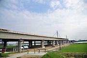 Nederland, Andelst 3-4-2012Wegverbreding van de A50 tussen de knooppunten Ewijk en Valburg. Onderdeel van deze wegverbreding is de bouw van een extra brug over Waal. De laatste brug van deze omvang die Rijkswaterstaat realiseerde, was de Martinus Nijhoffbrug over de Waal bij Zaltbommel in 1995.Foto: Flip Franssen/Hollandse Hoogte