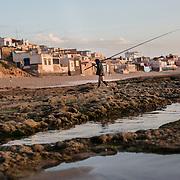 Pêcheur à la ligne dans le village de Tifnit
