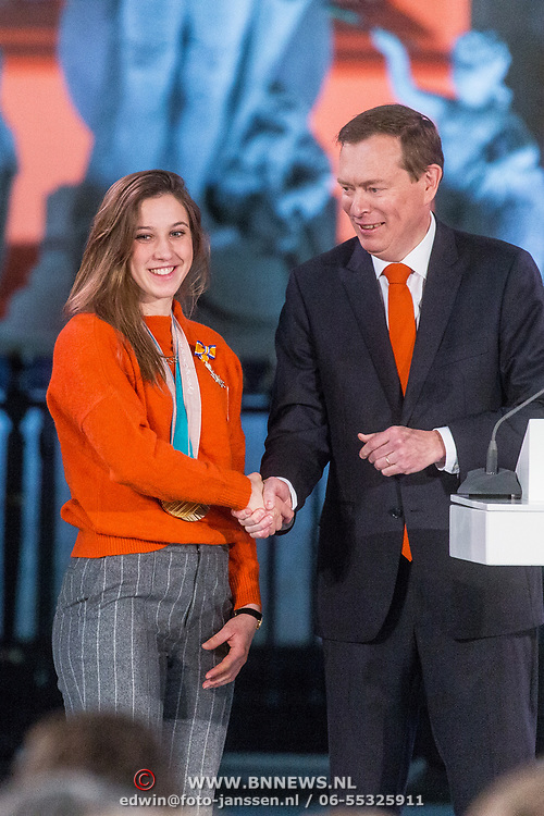 NLD/Den Haag/20180323 - Huldiging Olympische en Paralympische medaillewinnaars, Bruno Bruins, minister voor medische zorg en sport reikt de onderscheidingen uit aan Suzanne Schulting