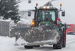 THEMENBILD - außergewöhnlich starke Schneefälle brachten die letzen Tage in Österreich mit sich. Erstmals seit 1999 wurde in Teilen Tirols Lawinenwarnstufe 5 ausgegeben. Zahlreiche Orte sind von der Aussenwelt abgeschnitten, Straßen und Bahnstrecken gesperrt. Winterdienste kämpfen im Dauereinsatz gegen das Chaos auf den Straßen, dennoch lassen sich Staus nicht vermeiden, aufgenommen am 22.01.2018 in Vomp // exceptionally heavy snowfall brought the last days in Austria with it. For the first time since 1999, avalanche warning level 5 was issued in parts of Tyrol. Many places are cut off from the outside world, streets and railways are closed. snow-plowing service services are constantly fighting against the chaos on the streets, but congestion can not be avoided in Vomp, Austria on 2018/01/22. EXPA Pictures © 2018, PhotoCredit: EXPA/ Jakob Gruber