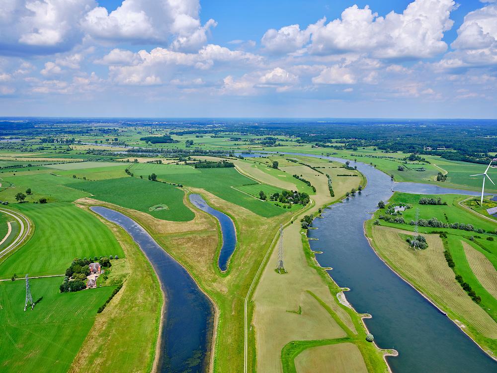 Nederland, Gelderland, Gemeente Zutphen, 21–06-2020; zicht op de Voorsterklei met rechts rivier de IJssel, Gelders Hoofd in de voorgrond. Ruimte voor de Rivier project, dijk is verlaagden een kilometer landinwaarts is een nieuwe dijk (geheel links) aangelegdwaardoor er een overstromingsgebied is ontstaan.<br /> View of the Voorsterklei with the river IJssel on the right, Gelders Hoofd in the foreground.<br /> <br /> luchtfoto (toeslag op standaard tarieven);<br /> aerial photo (additional fee required)<br /> copyright © 2020 foto/photo Siebe Swart