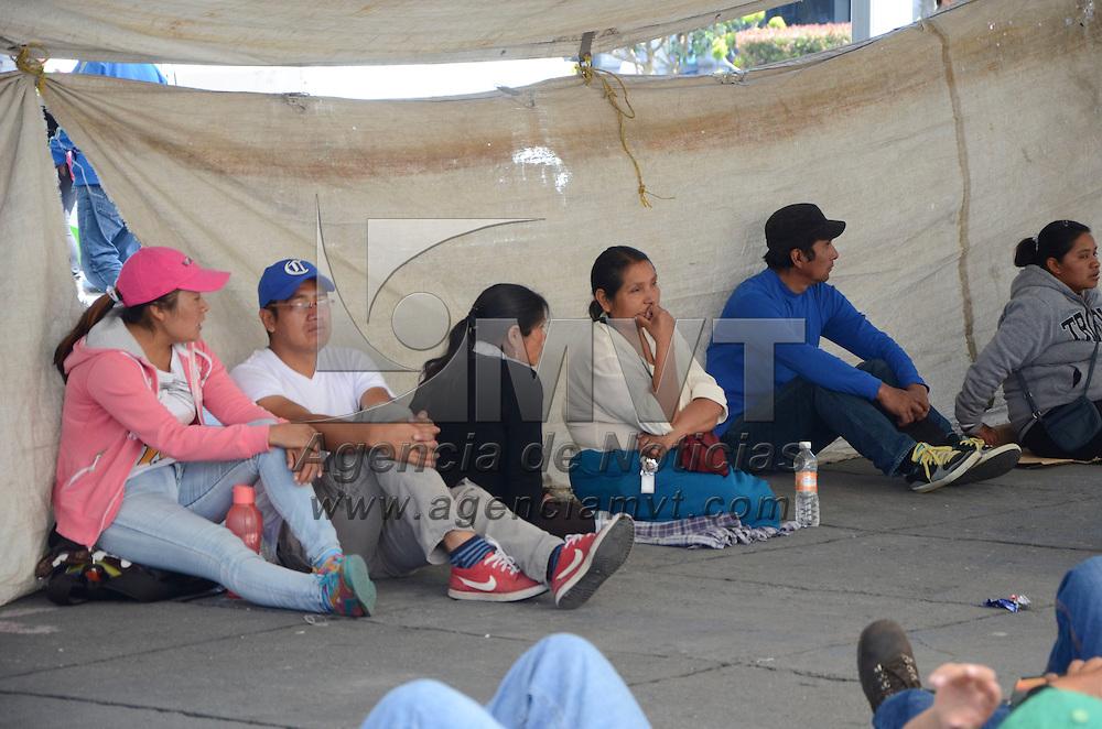 Toluca, Méx.- Comerciantes del mercado la Aviación, se manifestaron frente a Palacio Municipal de Toluca, para exigir solución a sus demandas y en caso de que no, realizaran un plantón en la explanada de la Plaza de los Mártires. Agencia MVT / José Hernández